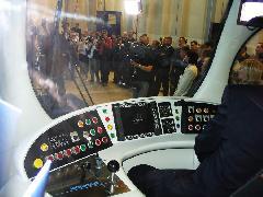 A TMK-2200-as vezetőfülkéje.  Nem tévedés, az bizony egy Windows logo a központi monitoron. Ezen a jármű menetparaméterei mellett minden diagnosztikai adat is megjeleníthető. A villamost azonban nem a Windows vezérli, arra külön célszámítógépek szolgálnak., Koncar gyár, gyártócsarnok, Zágráb (forrás: Dra¾en Bijeliè)
