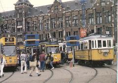 A 2964, mögötte a már hazatért 2624, mellette pedig az Amszterdam utcáin forgalomban már szintén nem látható Gömbőc becenevű típus egyik darabja a holland főváros főpályaudvara előtt., Centraal, Amszterdam (forrás: Jim Schulte Fischedick)