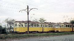 A 329-330-as pályaszámú ikerkocsi, illetve a meglehetősen szakadt (pedig még csak két éves), 483-as pályaszámú hatajtós FVV csuklós kereszteznek a Vágóhíd utcai kitérőben 1972. szeptember 10-én. A 329-330-as szerelvény a 2-esés 22-es pályaszámú eredeti győri motorkocsiból készült ikerkocsi. E két jármű a második világháborúban súlyosan megsérült, csak 1950-52-ben állították őket helyre acélvázas kocsiszekrénnyel. 1967-ben ikerkocsikat készítettek belőlük, 1973-ban pedig közéjük sorolták a 66-os pályaszámú egykori motorkocsit 158-as pályaszámon. A szerelvényt 1975-ben bontották el. , Vágóhíd utca, Debrecen (forrás: Michael Taplin)