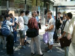 A 112-es autóbuszjárat meghosszabbításának alkalmából rendezett ünnepség résztvevői., Kálvin tér, Budapest (forrás: Kemény Tamás)