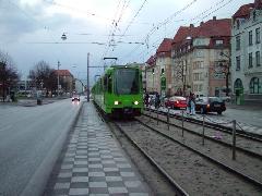 Csatolt TW6000 szerelvény klasszikus villamosmegállóhoz érkezik, Hannover (forrás: Németh Zoltán Gábor)