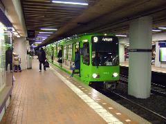 A földalatti-állomásokon a lépcső lenyílása nélkül, a klasszikus metrókhoz hasonlóanszállhatnak be és ki az utasok, Hannover (forrás: Németh Zoltán Gábor)