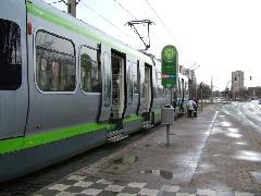 A hagyományos villamosmegállókban a TW2000-esek is lenyíló lépcsővel cserélnek utast., Hannover (forrás: Németh Zoltán Gábor)