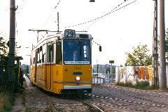 A 29-es villamos a Budapest-Cegléd-Szolnok vasútvonal fölötti felüljáróról kanyarodik le: figyeljük meg a kép bal szélén a váltóőr bódéját!, Salgótarjáni utcai felüljáró, Budapest (forrás: VEKE)
