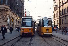 A Népszínház utcai végállomáson egymás mellett a 28-as és a 100-as., Blaha Lujza tér, Népszínház utca végállomás, Budapest (forrás: VEKE)