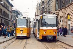 Zsúfoltság a Népszínház utcában: a háttérben az épp kiinduló 100-as, a két tárolóvágányon egymás mellett a 37-es és a következő járat a BNV felé., Blaha Lujza tér, Népszínház utca végállomás, Budapest (forrás: VEKE)