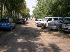 A vágányokat a látogatók autói használják parkolónak., BNV főbejárat előtt, Budapest (forrás: Istvánfi Péter)