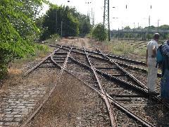 A kereszteződés a Királyvágánnyal: a villamossínek fölött nincs felsővezeték, a vágányzáró sorompó lezárva., BNV főbejárat előtt, Budapest (forrás: Istvánfi Péter)