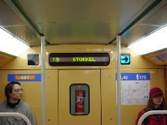 A nyíl jelzi, hogy a következő megállónál mely oldalon nyílnak az ajtók., Brüsszel (forrás: Németh Attila)