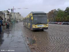 71-es viszonylaton közlekedő csuklós VanHool autóbusz a Királyi Palota előtt., Brüsszel (forrás: Friedl Ferenc)