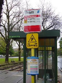 Brüsszeli villamosmegálló. A sárga tábla a megcsúszás veszélyére figyelmezteti, és követési távolság tartására utasítja a villamosvezetőt, Villalobar, Brüsszel (forrás: Németh Attila)