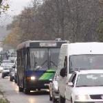 Nem csak az utasoknak, a közlekedési vállalatoknak sem előnyös, hogy a reggeli csúcsban a buszaik a torlódásban araszolnak. Fő utca, Budakeszi (forrás: Vitézy Dávid)