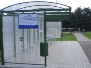 Biciklitároló és utasváró Rákoskert vasútállomásnál