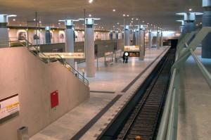A Bundestag megálló volt az első, amelyet a közönség birtokba vehetett, még jóval a vonatok megérkezése előtt. Itt művészeti előadásokat tartottak, többek között Mozart Varázsfuvolája is elhangzott a kormányzati negyed alatt (fotó: Halász Péter)