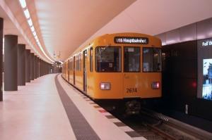 Egyetlen szerelvény ingázik az U55-ös vonalon. Ha elmegy a vonat, bőven van időnk tanulmányozni a Brandenburger Tor állomás falán a város történetének jeles eseményeit felvonultató tablókat (fotó: Halász Péter)