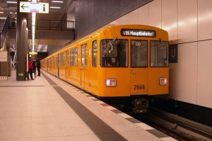 """A vonal kocsijait az üzemkezdet előtt alapos főjavításra vitték. A vonalon dolgozó nyolc motorkocsihoz jó esetben évekig nem kell hozzányúlni. Azonban a BVG minden esethőségre felkészült: a Hauptbahnhof """"járműtelepre"""" elengedtek egy segélynyújtó szerelvényt is (fotó: Halász Péter)"""