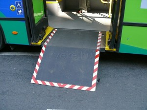 Kerekesszékes utasok részére kihajtható rámpa a második ajtónál. (Forrás: Kemsei Zoltán)
