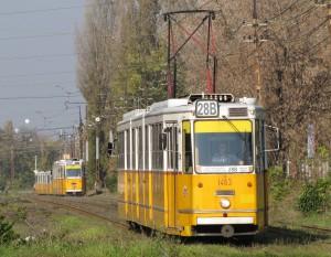 A 28-as és 28B villamosok menetrend szerint 1-9-1-9 percenként követték egymást, amit tovább rontott a 37-esek hangolatlansága (forrás: Hajtó Bálint)