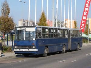 A képen látható, eléggé üres busz a 10-15 várakozó utas ellenére sem állt meg a Gyömrői úti megállóban, pedig a rendkívüli menetrend szerint meg kellett volna állnia (forrás: Hajtó Bálint)