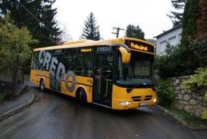 A busz a szűk hegyi utcákon is kényelmesen elfért (forrás: PK Zrt.)
