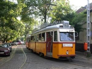 Az UV villamosok (hol pótkocsival, hol anélkül) 36 éven át jellegzetes jármûvei voltak a 42-esnek (fotó: Halász Péter)