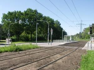 Új megálló, biztosított gyalogátkelő (fotó: Müller Péter)