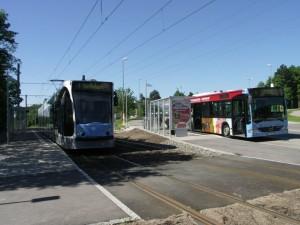 Átszállás villamosról autóbuszra. Bevárják egymást. (fotó: Müller Péter)