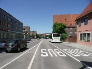 Elkülönített autóbuszsáv a belvárosban, lehet, hogy ez az újabb villamosvonal előszele? (fotó: Müller Péter)