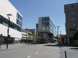 Új építésű kereskedelmi épület, balról a buszok, jobbról az egyéb forgalom kerüli meg. (fotó: Müller Péter)