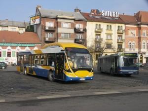 Két, egyidőben készült busz, mégis egy évtized közöttük a különbség. (fotó: Müller Péter)