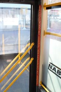 Hiába a felirat, a tömött buszon önkéntelenül is ide nyúl kapaszkodóért az utas, ez pedig balesetveszélyes. (fotó: Gégény András)