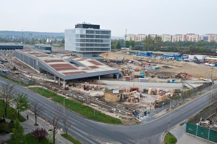 """Az óriási Akácfa utcai komplexumot fenntartó BKV máshol is rendelkezik több emeletnyi irodával, például a négyes metró épülő járműtelep felett álló """"dobozban"""""""