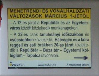 Megtévesztő utastájékoztatás az MVK Zrt. autóbuszán. A 22-es tanulmányi időszakban,  de nem csak csúcsidőben közlekedik.