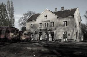 Múlt századi járművek, múlt századi épület, múlt századi hangulat: a győri elővárosi vasút ma