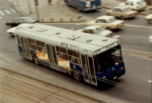"""A """"szürke"""" hétköznapok a 15-ösön - a háttérben 5-ös vagy 8-as kanyarodik a Piarista köz felé - jól látható a több és eltérő helyen levő szellőző"""