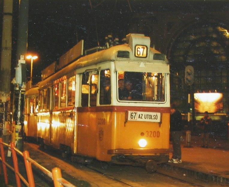 Az utolsó klasszikus Rákóczi úti villamosjárat, a 67-es Thököly úti maradékának búcsúja 1997 márciusában. A 44-es villamos már két évvel korábban megszűnt (forrás: Hajtó Bálint)