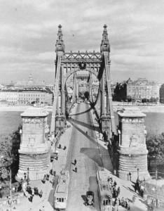 A régi Erzsébet híd (forrás: Főváros tömegközlekedésének másfél évszázada)