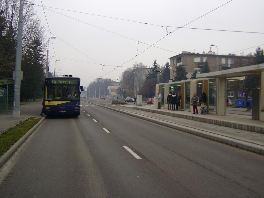 Az 1A-s villamos számára kiépített betétvégállomás a Diósgyőri Gimnáziumnál megépítése óta,   két éve kihasználatlanul áll, miközben a párhuzamos busz továbbra is sűrítve jár