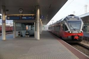 Az érintett elővárosi járatok kizárólag korszerű FLIRT motorvonatokból állnak, így sokkal hatékonyabb forgalomszervezésre és gyorsabb irányváltásra lenne lehetőség, mint a hagyományos, mozdonyos vonatok esetén. Feltéve, hogy a vasút az utasok érdekeit helyezi előtérbe saját kényelmi szempontjai helyett.
